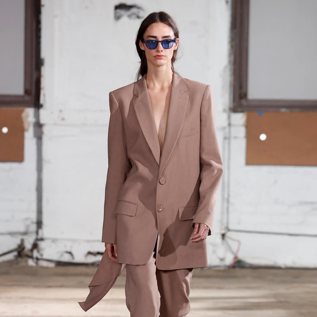 Tailleur beige : une pièce à la mode
