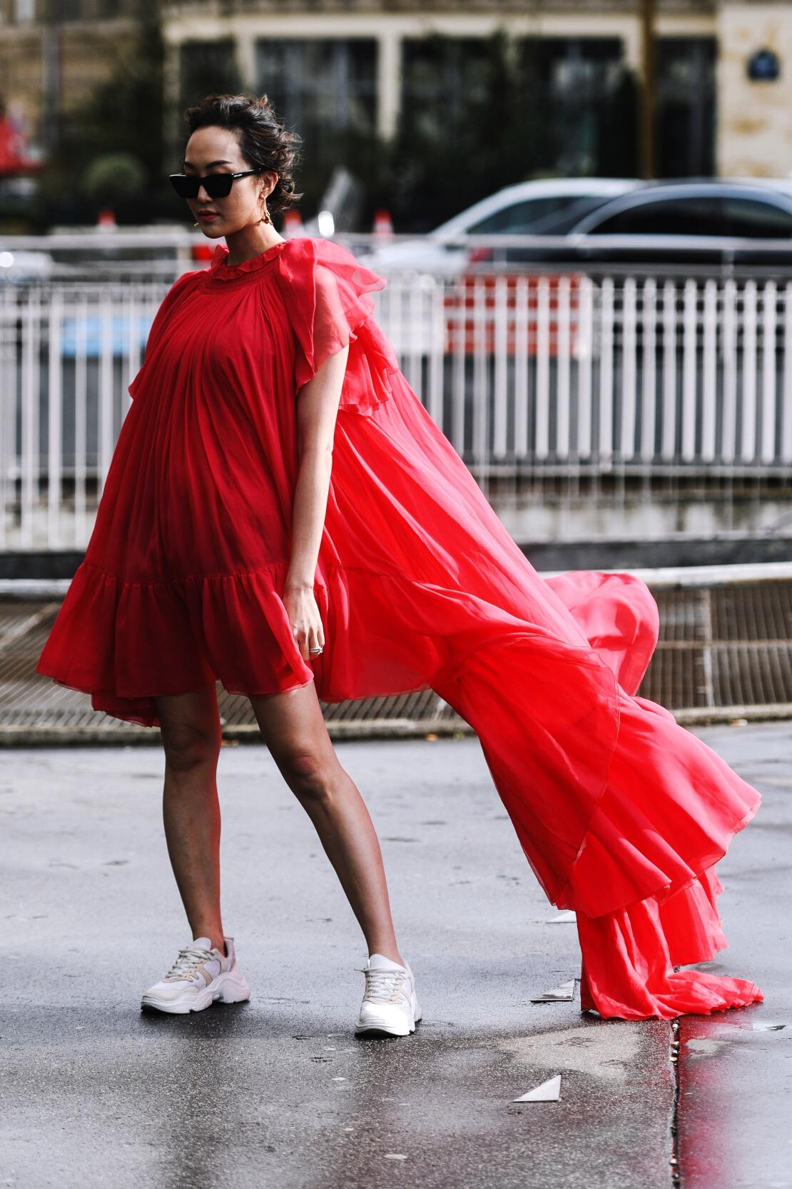 Porter la robe et les baskets avec style