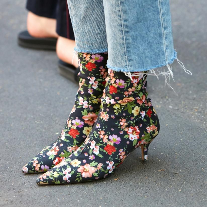 Bottines-chaussettes fleuries et jean