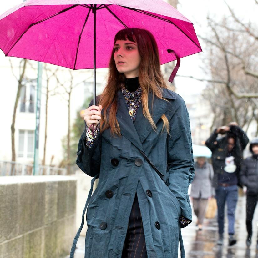 Un parapluie de couleur contre la grisaille