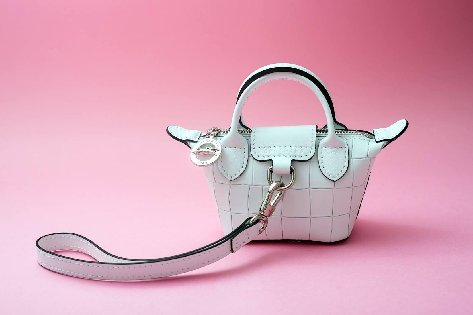 La tendance du mini-sac: comment la porter