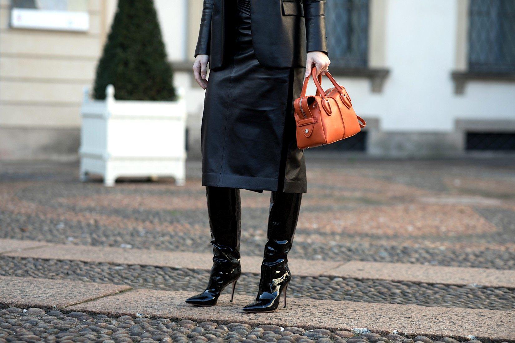 Comment porter les bottes vernies noires: le cuir mat
