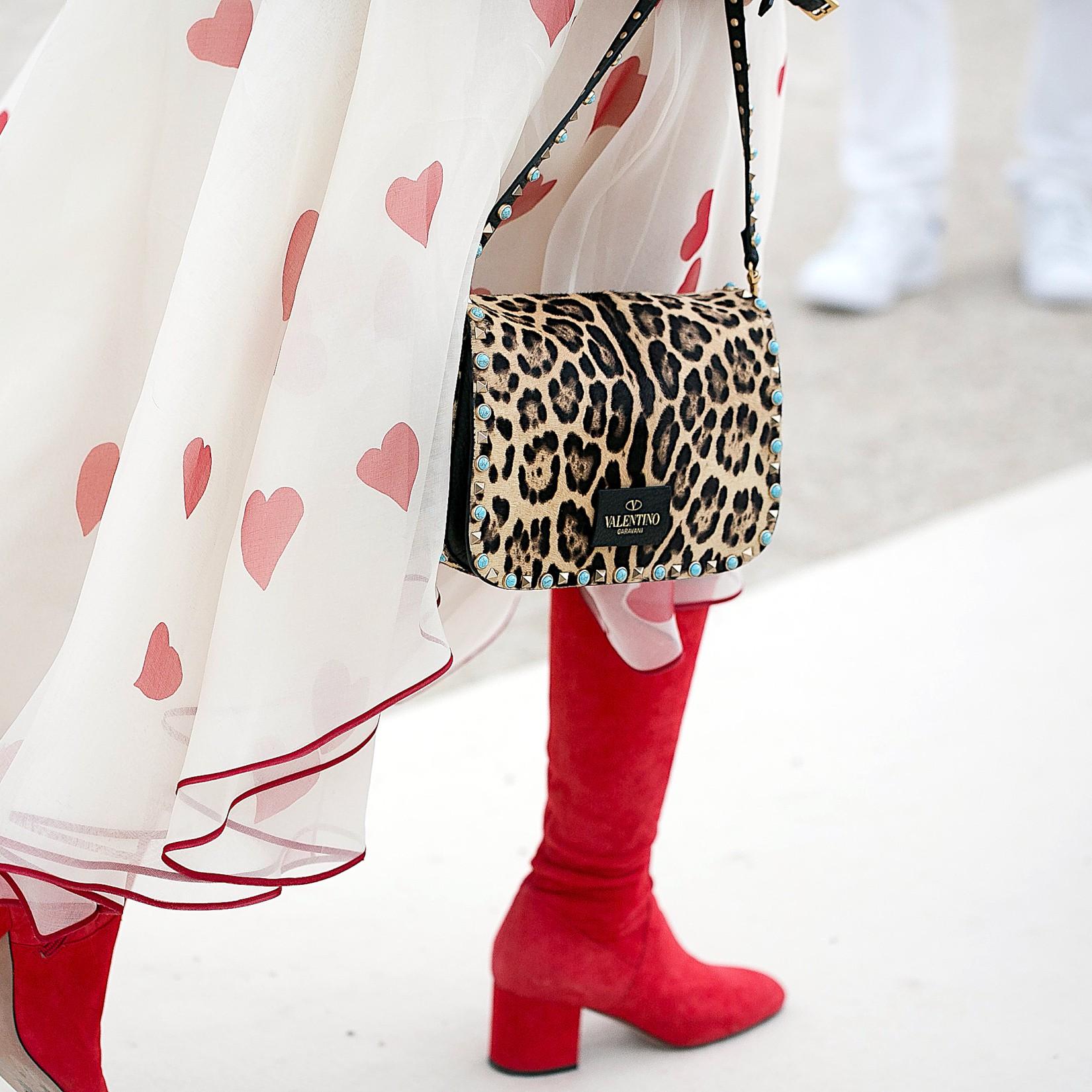 Comment upgrader un style girly avec le chic du léopard