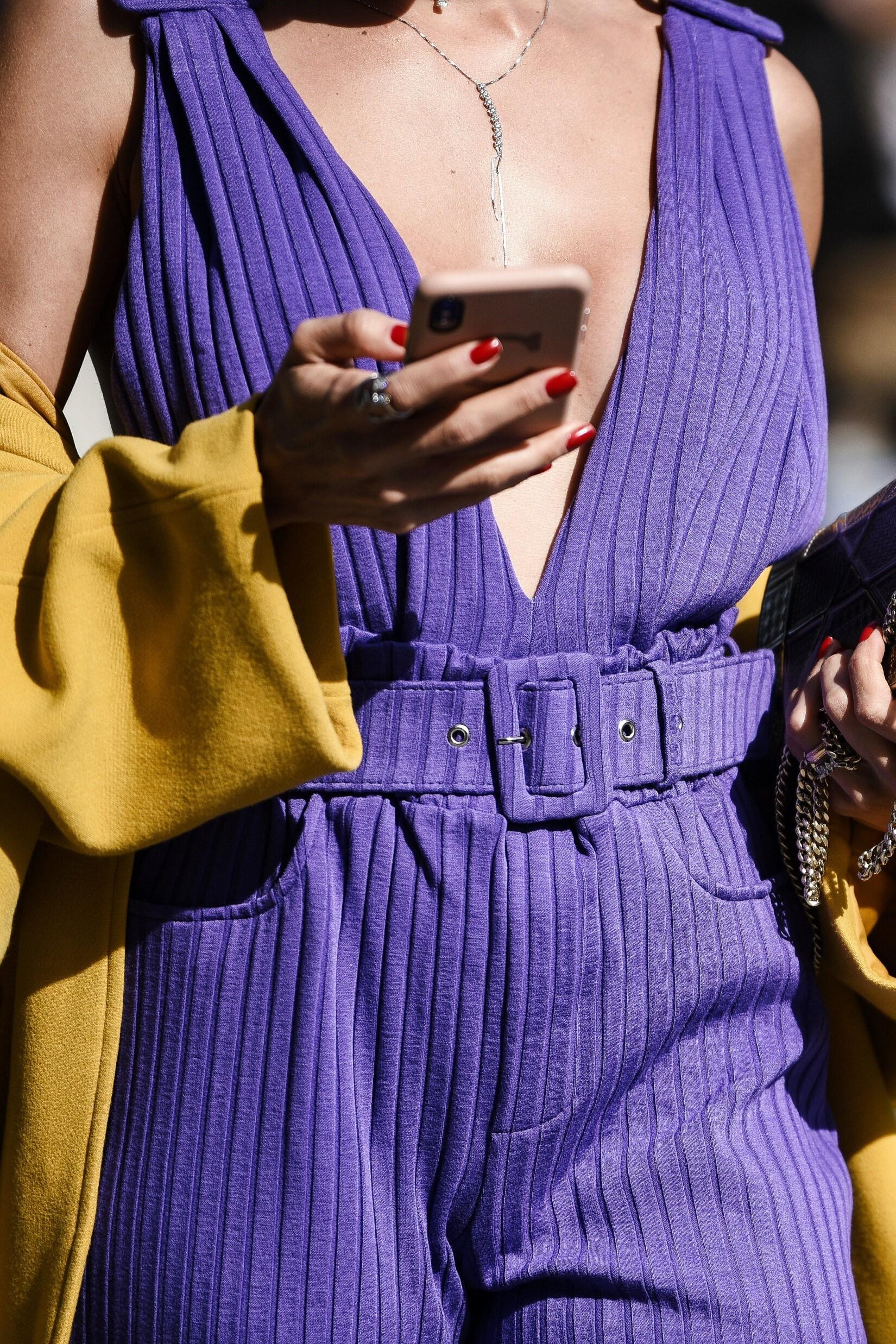 Tendance color block en mode: jaune et violet