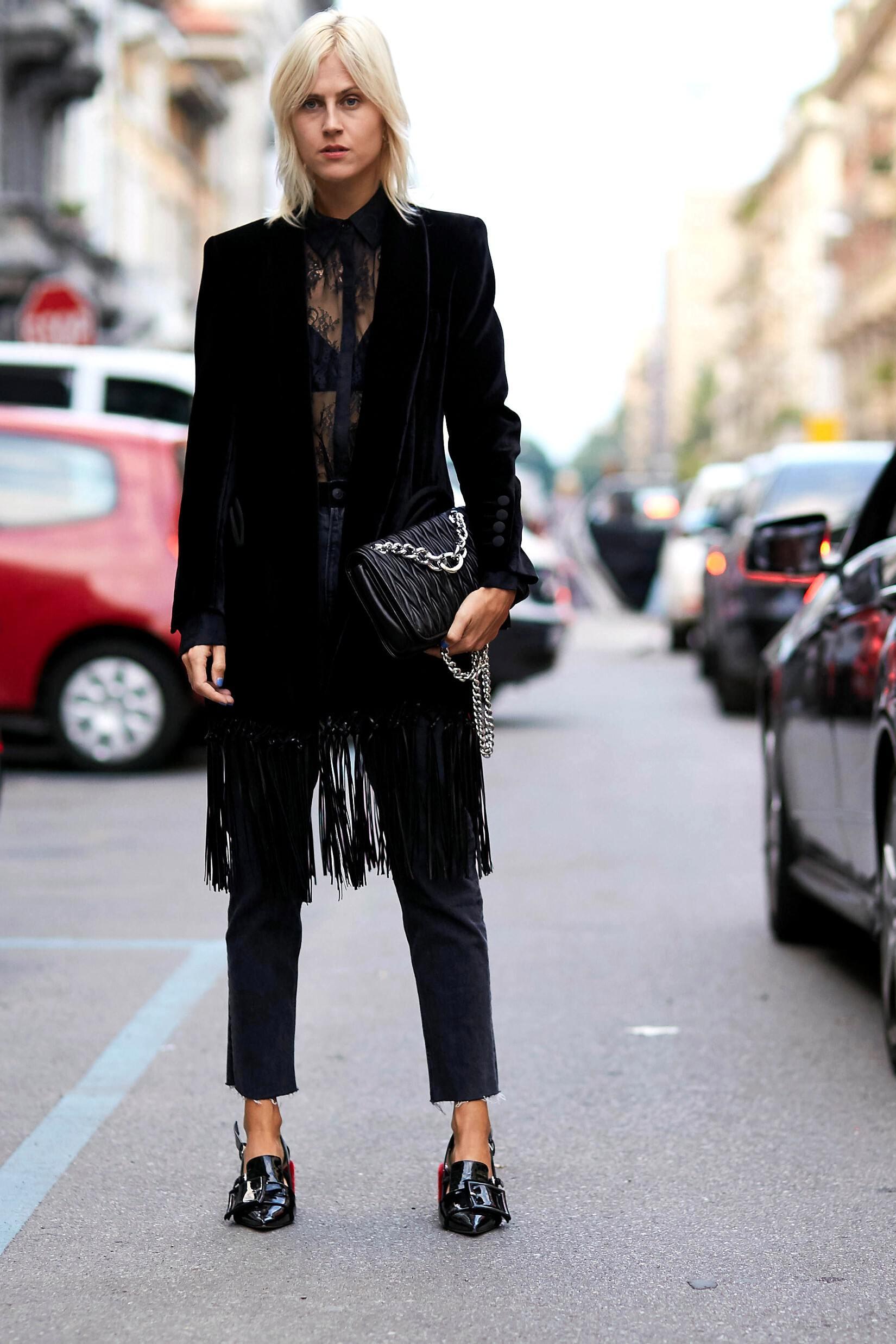 Comment porter le velours lisse: une matière indémodable