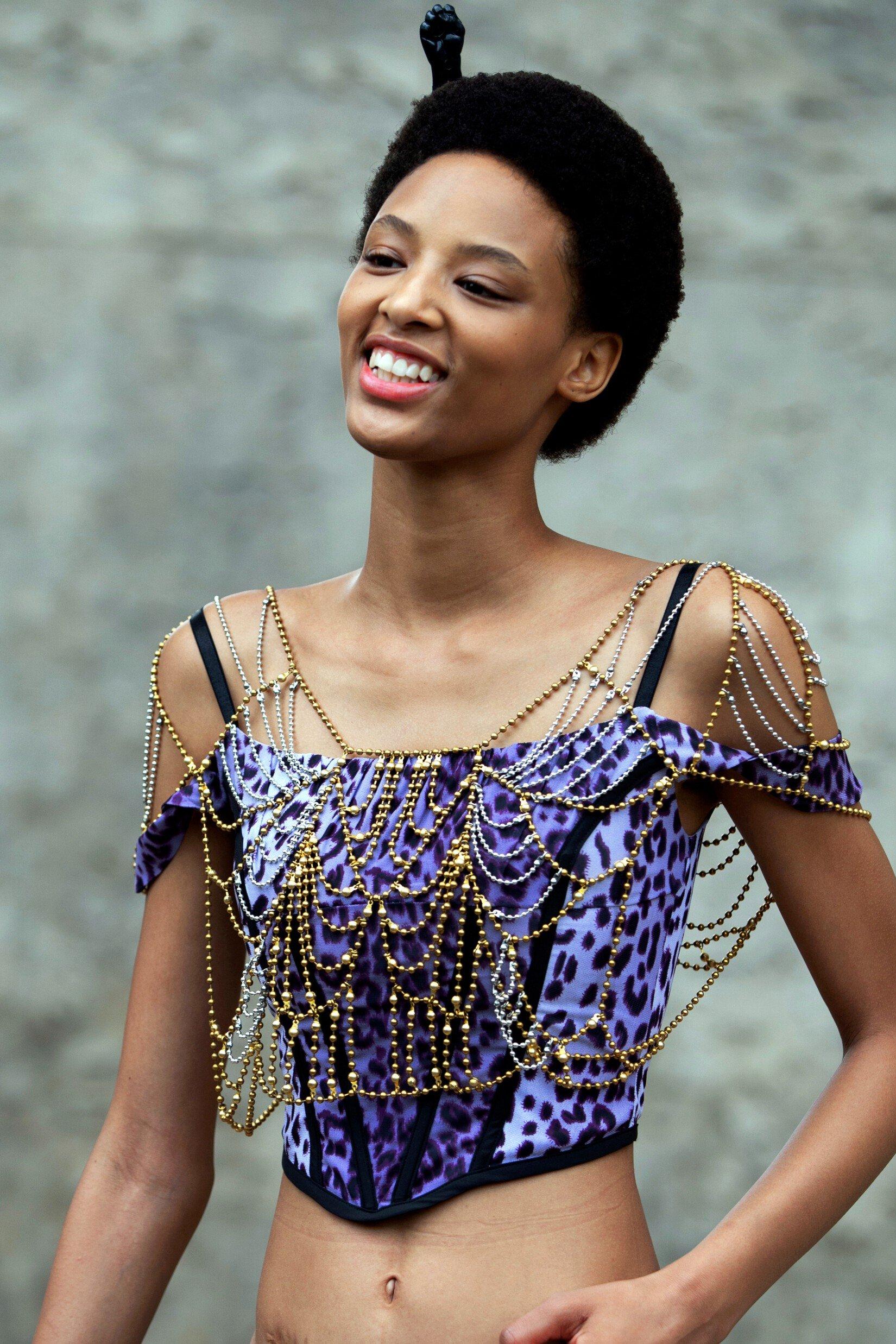 Haut ou robe du style corset: comment porterv la tendance