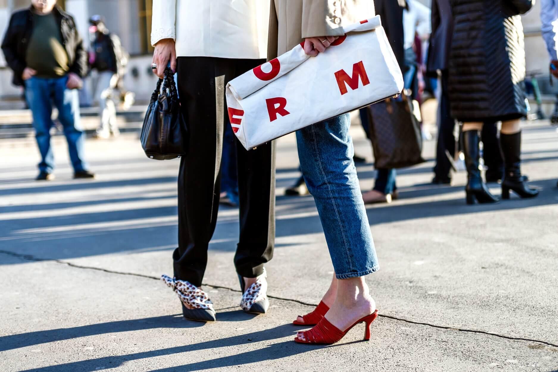 Comment porter le jean droit indémodable : 10 looks